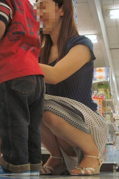 ゆるめの胸元や股間が魅力な子連れママを盗撮wwwwww★素人エロ画像・36枚目の画像