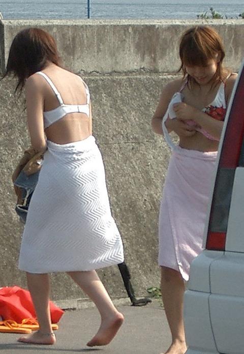 公衆の面前で水着に着替え出すアホか露出狂の素人wwwwww★素人エロ画像・4枚目の画像