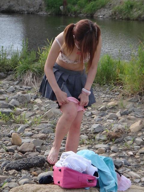 公衆の面前で水着に着替え出すアホか露出狂の素人wwwwww★素人エロ画像・20枚目の画像