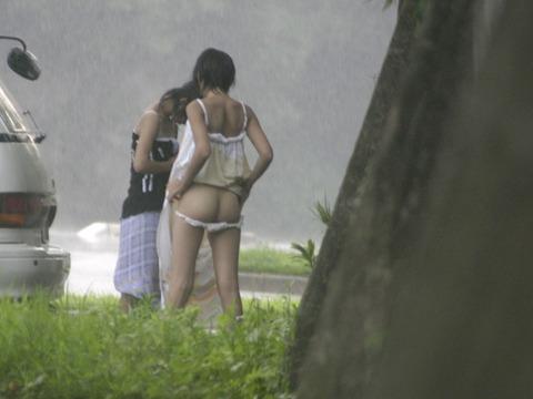 公衆の面前で水着に着替え出すアホか露出狂の素人wwwwww★素人エロ画像・2枚目の画像