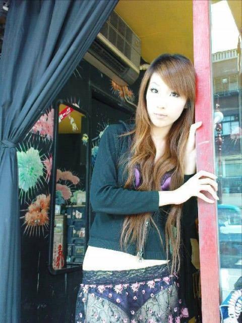 台湾の素人美女がマン毛出して何かを売ってるんだがwwwwwww★外国人エロ画像・22枚目の画像