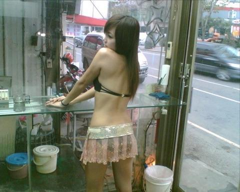台湾の素人美女がマン毛出して何かを売ってるんだがwwwwwww★外国人エロ画像・11枚目の画像