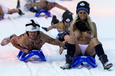 裸でソリ大会してる外国のPUNKSwwwwww★外国人エロ画像・40枚目の画像