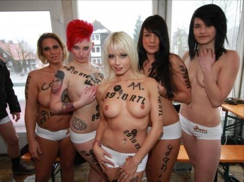 裸でソリ大会してる外国のPUNKSwwwwww★外国人エロ画像・32枚目の画像