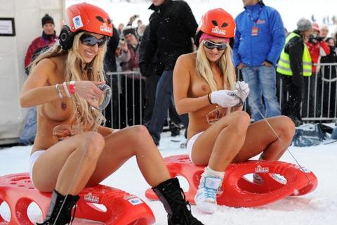 裸でソリ大会してる外国のPUNKSwwwwww★外国人エロ画像・1枚目の画像