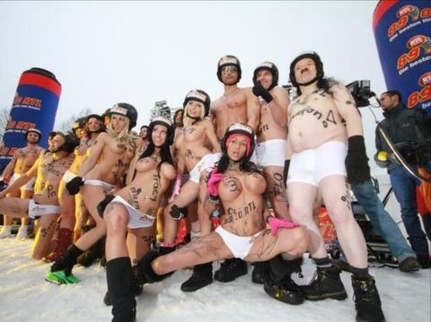 裸でソリ大会してる外国のPUNKSwwwwww★外国人エロ画像・35枚目の画像