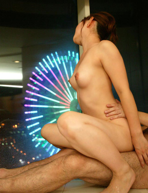人目を気にせずカーテン全開の窓際でヤッてるwwwwww★セックスエロ画像・27枚目の画像