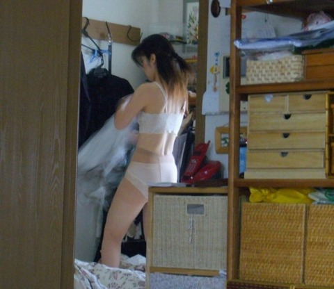 家庭内盗撮でわかる気を抜いたときのリア充の素wwwww★家庭内盗撮エロ画像・4枚目の画像