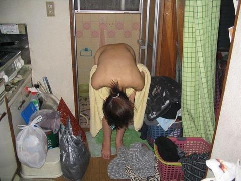 家庭内盗撮でわかる気を抜いたときのリア充の素wwwww★家庭内盗撮エロ画像・21枚目の画像