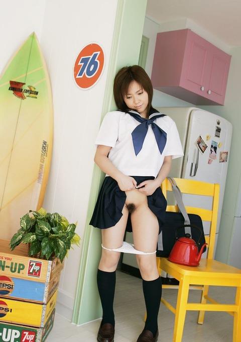 スカートたくし上げて股間を曝け出す見せたがりオンナwwwww★たくし上げエロ画像・3枚目の画像