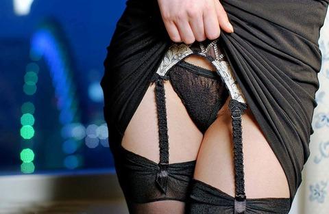スカートたくし上げて股間を曝け出す見せたがりオンナwwwww★たくし上げエロ画像・33枚目の画像
