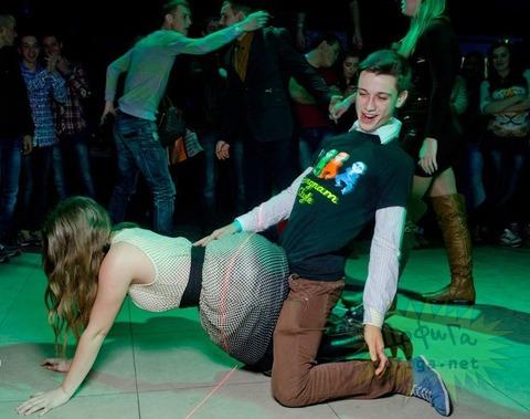 ウクライナの若者が集うエロクラブが思った以上にディープすぎてワロタwwwwwww★外国人エロ画像・2枚目の画像