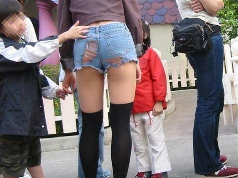 破れたデニムから尻とかパンツが見えてワロタwwwwwww★素人ダメージジーンズエロ画像・1枚目の画像