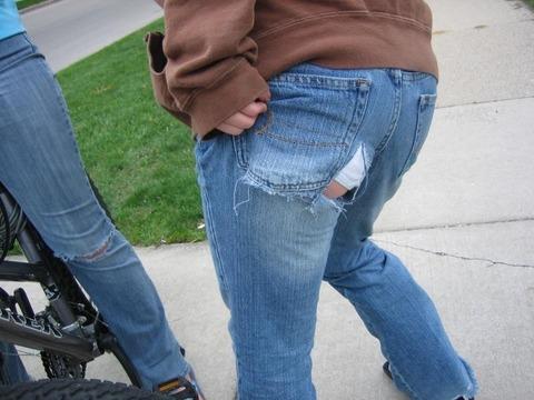 破れたデニムから尻とかパンツが見えてワロタwwwwwww★素人ダメージジーンズエロ画像・15枚目の画像