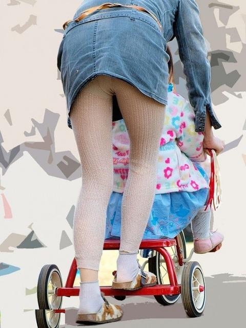 子連れママのノーガード過ぎるゆるい股間や胸元がこれwwwwwww★素人街撮りエロ画像・26枚目の画像