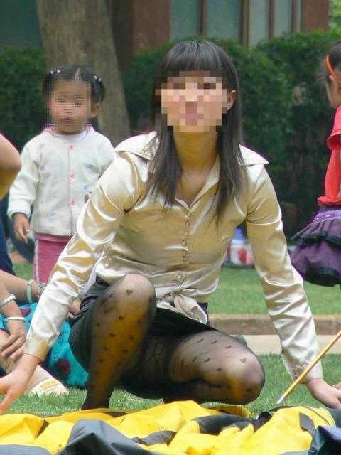 子連れママのノーガード過ぎるゆるい股間や胸元がこれwwwwwww★素人街撮りエロ画像・1枚目の画像