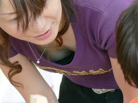 子連れママのノーガード過ぎるゆるい股間や胸元がこれwwwwwww★素人街撮りエロ画像・3枚目の画像