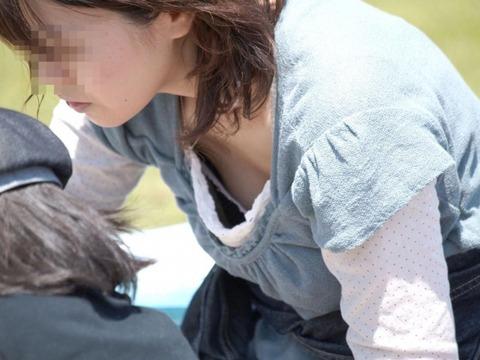 子連れママのノーガード過ぎるゆるい股間や胸元がこれwwwwwww★素人街撮りエロ画像・7枚目の画像