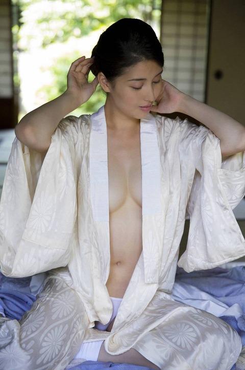 橋本マナミの袴みたいな姿のハミ乳ヌード