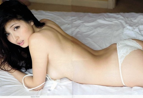 橋本マナミの寝転ぶブラ外しヌード