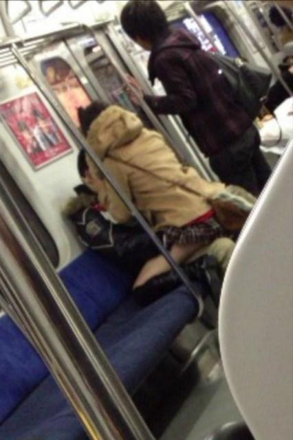 公共の場でエロい事してる若者をまんまと盗撮した結果wwwwww★素人エロ画像・9枚目の画像