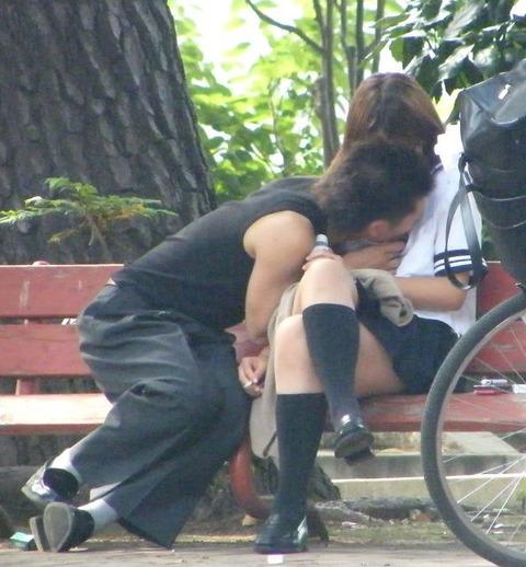 公共の場でエロい事してる若者をまんまと盗撮した結果wwwwww★素人エロ画像・4枚目の画像