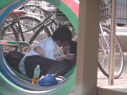 公共の場でエロい事してる若者をまんまと盗撮した結果wwwwww★素人エロ画像・24枚目の画像