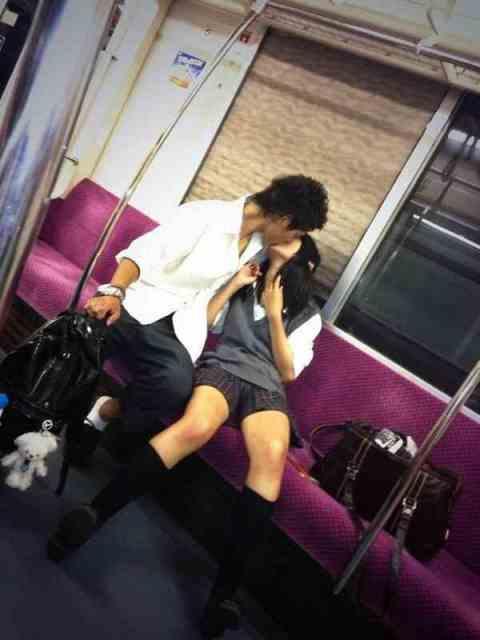 公共の場でエロい事してる若者をまんまと盗撮した結果wwwwww★素人エロ画像・2枚目の画像