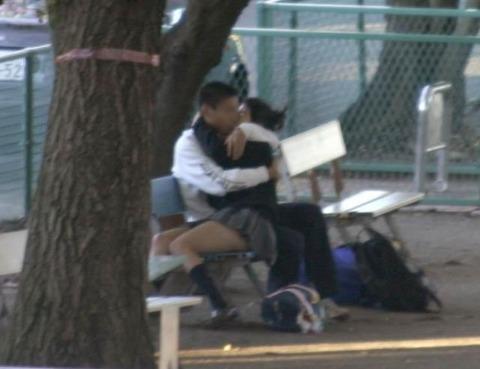 公共の場でエロい事してる若者をまんまと盗撮した結果wwwwww★素人エロ画像・5枚目の画像