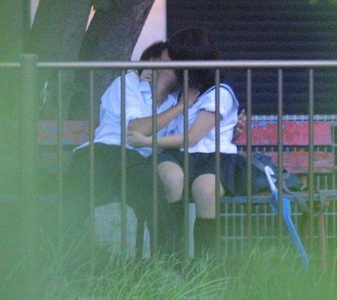 公共の場でエロい事してる若者をまんまと盗撮した結果wwwwww★素人エロ画像・1枚目の画像