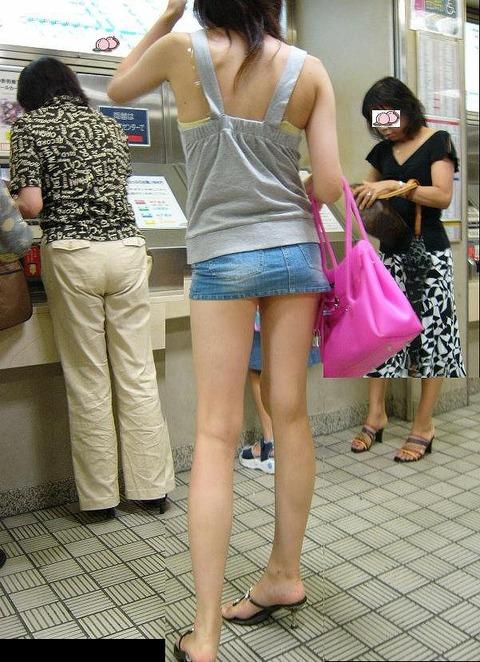 ミニスカ履いてギャグみたいなパンチラしてる素人がいるwwwwwww★素人パンチラエロ画像・6枚目の画像