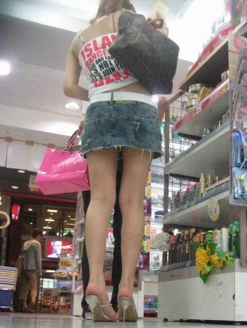 ミニスカ履いてギャグみたいなパンチラしてる素人がいるwwwwwww★素人パンチラエロ画像・8枚目の画像