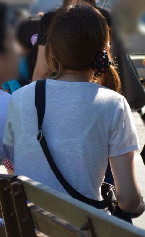 柄までブラジャーがクッキリ透けてる素人さんたちwwwwwww★素人透けブラ街撮りエロ画像・29枚目の画像