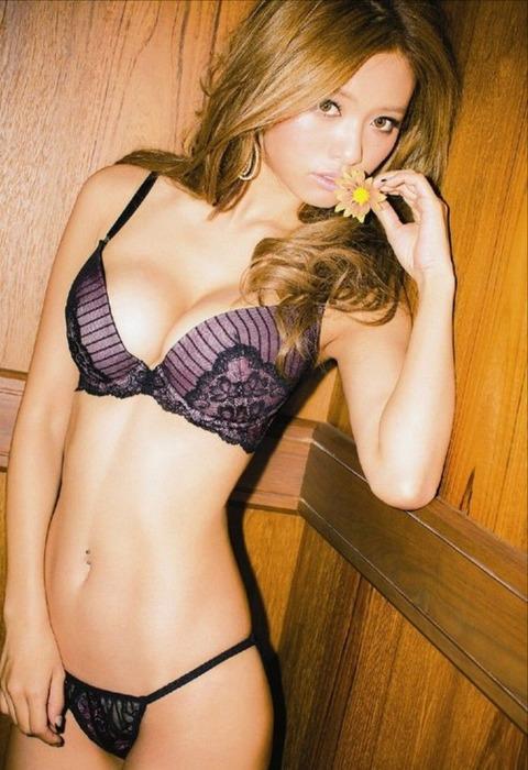 【画像】モデル小泉梓(28)セクシーショットまとめ★手ブラヌードや下着姿がクソエロいwwwwwww・5枚目の画像
