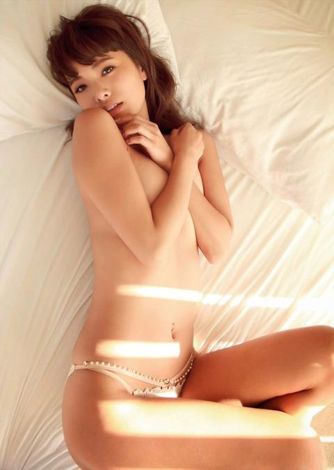 【画像】モデル小泉梓(28)セクシーショットまとめ★手ブラヌードや下着姿がクソエロいwwwwwww・18枚目の画像