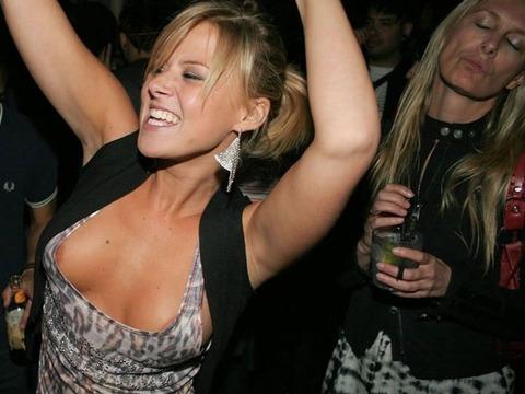 【画像】外人の胸元があまりにもノーガードすぎて笑えるwwwwwwww★外国人胸チラエロ画像・45枚目の画像