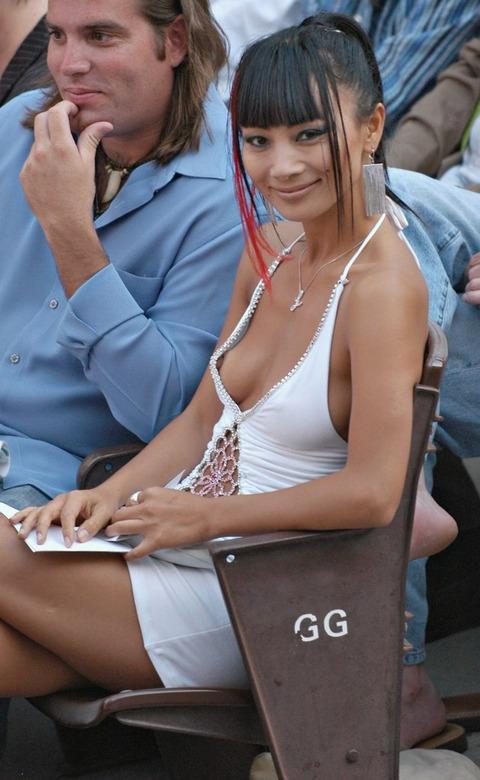【画像】外人の胸元があまりにもノーガードすぎて笑えるwwwwwwww★外国人胸チラエロ画像・13枚目の画像