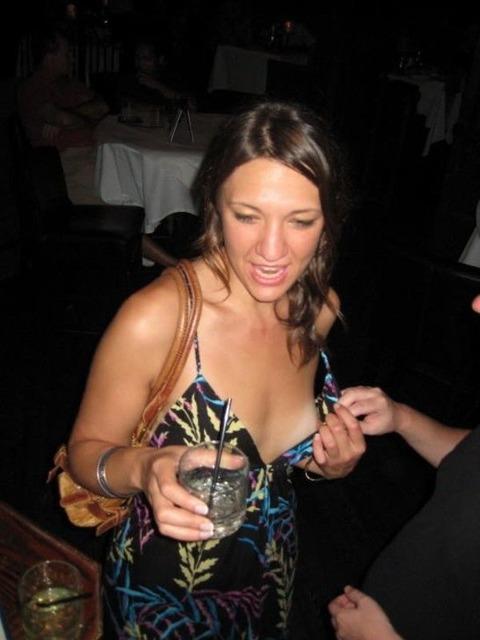 【画像】外人の胸元があまりにもノーガードすぎて笑えるwwwwwwww★外国人胸チラエロ画像・49枚目の画像