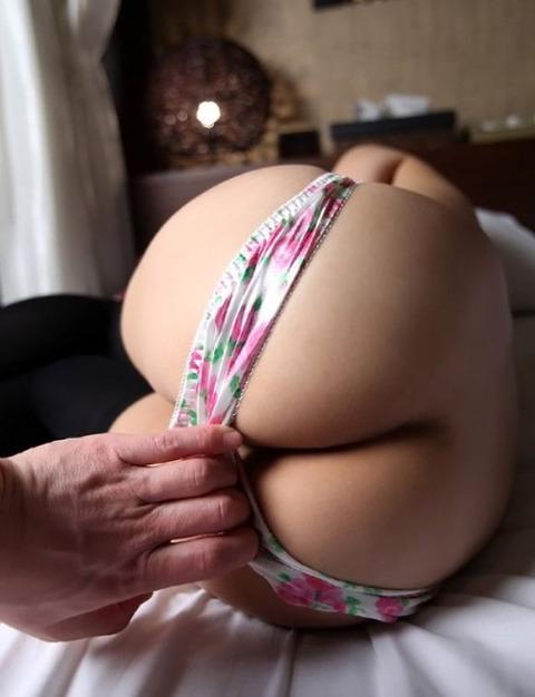 【画像】パンツ半分まで脱いでそれ以上脱がない女がクッソエロいwwwwwwww★半脱ぎエロ画像・3枚目の画像