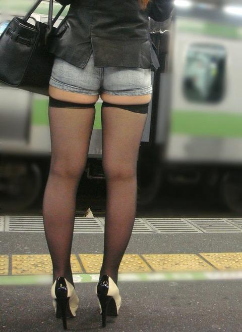 ショーパン履いた素人娘の生足美脚がけしからんエロ画像30枚・10枚目の画像