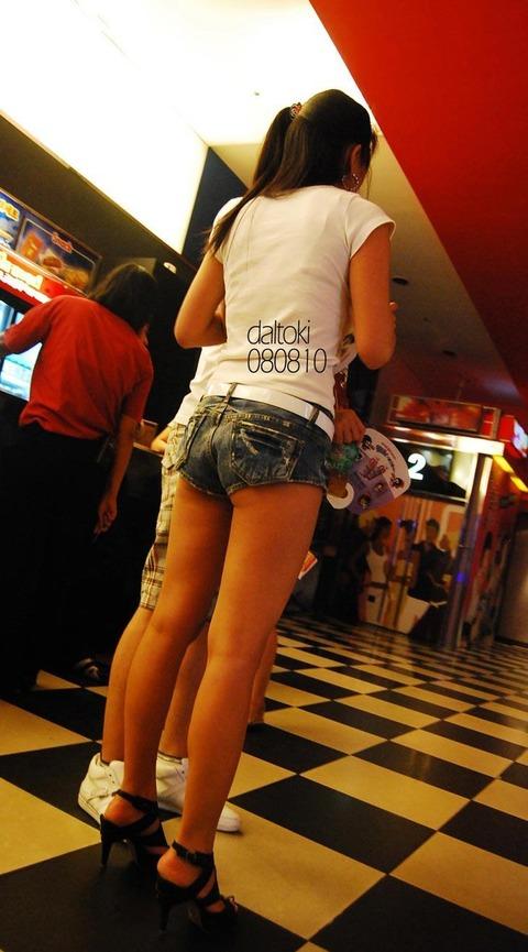 ショーパン履いた素人娘の生足美脚がけしからんエロ画像30枚・18枚目の画像