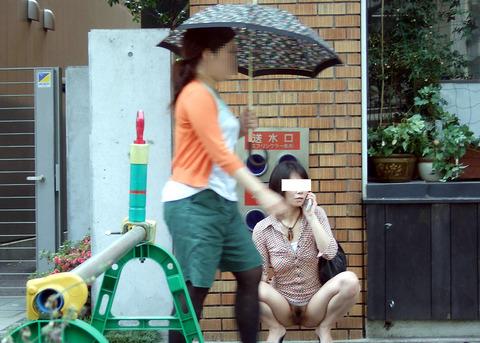 街に溶け込みながら露出を繰り返すベテラン露出狂の素人さんwwwwwwww(画像あり)・1枚目の画像
