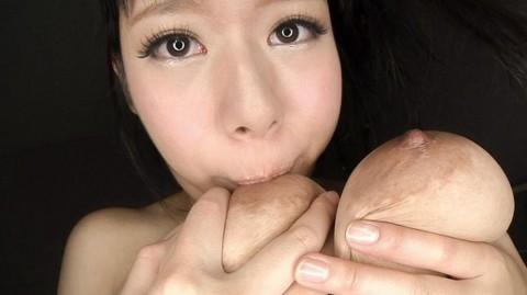 セルフ乳舐めできる爆乳淫乱女のエロ画像25枚・9枚目の画像