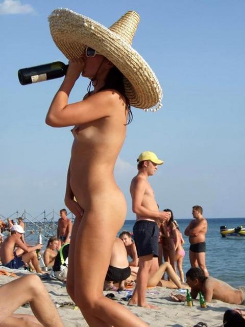 【※楽園※】海外ヌーディストビーチが毎日おっぱいもオマンコも見放題という無法地帯でエロ過ぎるwwwwwww(画像あり)・17枚目の画像