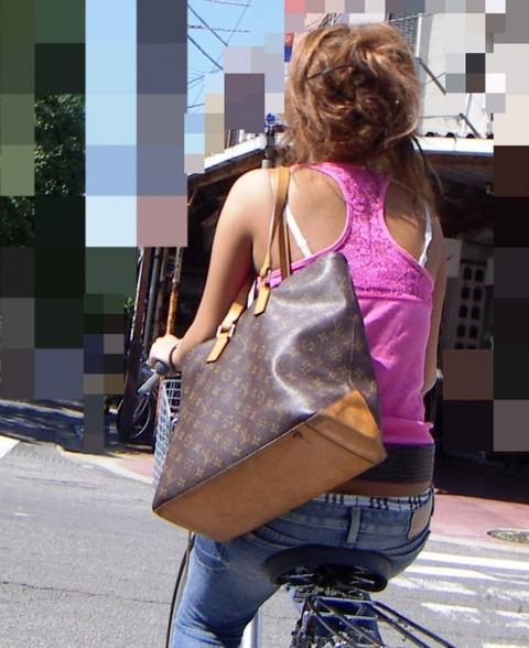 街で見るブラ紐やブラが抜ける盗撮エロ画像31枚・6枚目の画像