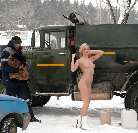寒中露出する白人美女達のエロ画像30枚・34枚目の画像