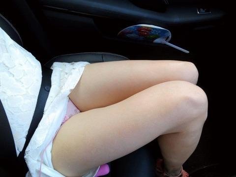 ミニスカ美脚女子が車に乗ってるエロ画像30枚・3枚目の画像