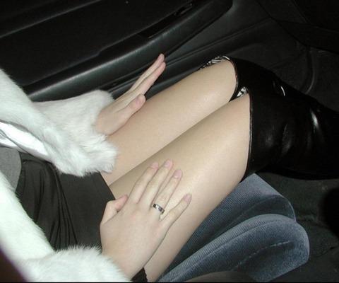 ミニスカ美脚女子が車に乗ってるエロ画像30枚・23枚目の画像