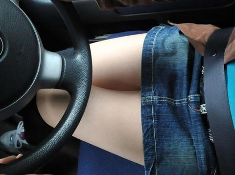 ミニスカ美脚女子が車に乗ってるエロ画像30枚・25枚目の画像