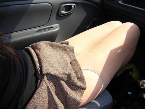 ミニスカ美脚女子が車に乗ってるエロ画像30枚・7枚目の画像